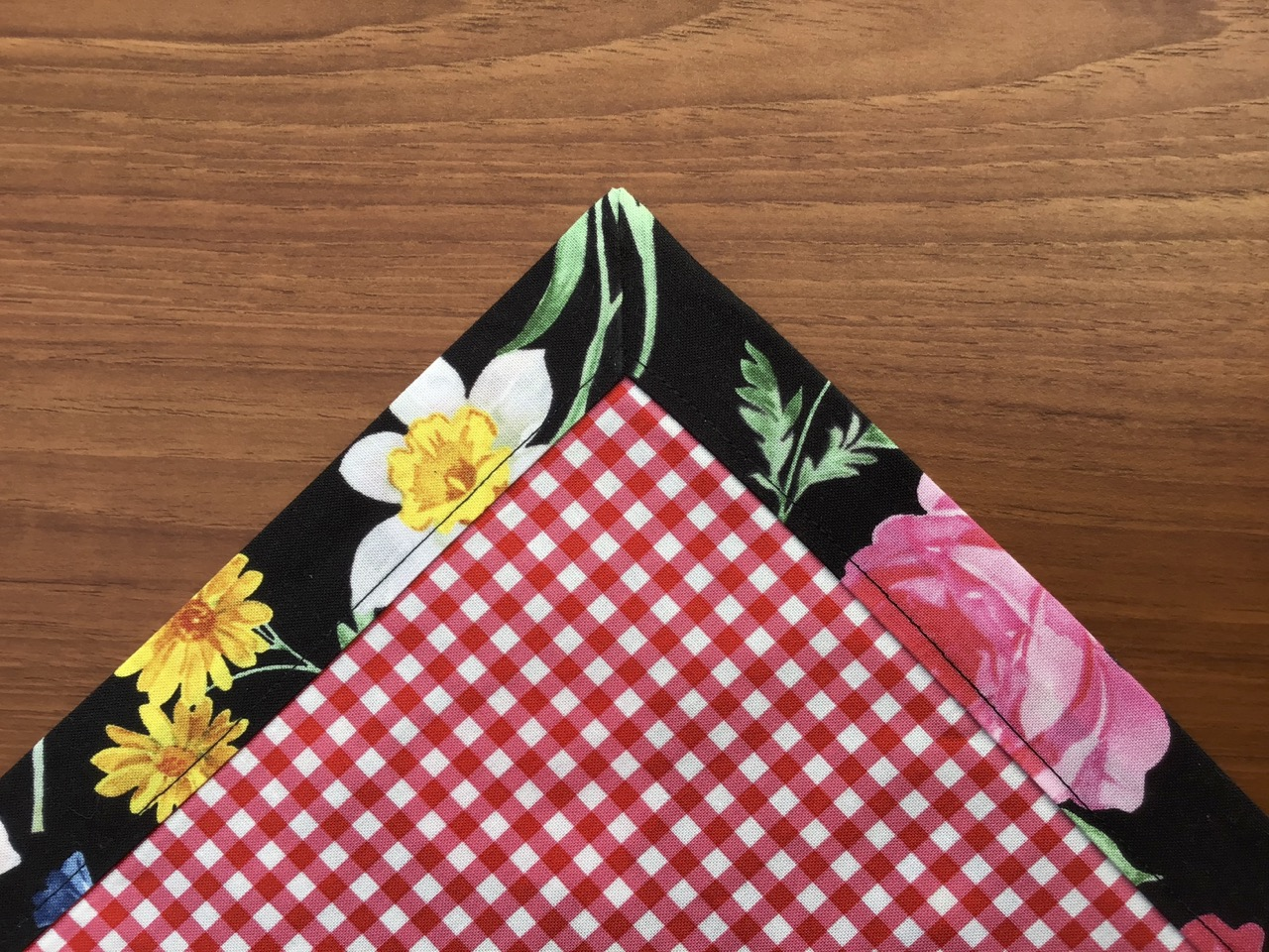 No-Hassle Table Topper Sewing Tutorial Video by the Stitch it! Sisters