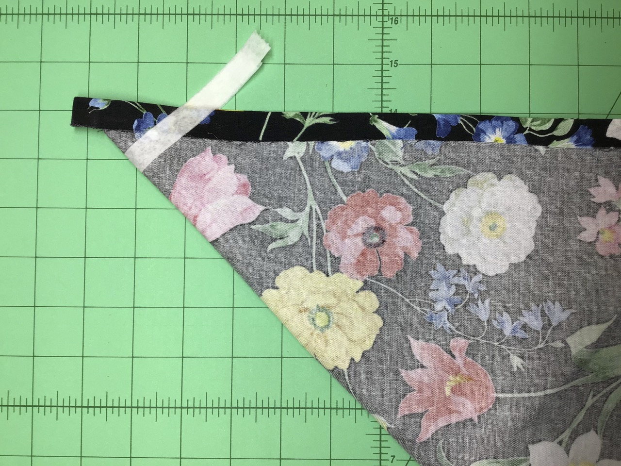 NEW! No-Hassle Table Topper how-to sewing video by the Stitch it! Sisters